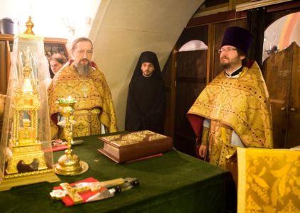 Духовенство в алтаре.