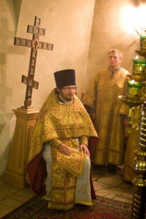 Настоятель на Горнем месте во время чтения Апостола.