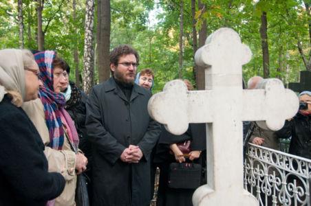 2012-09-29 Activity Vvedenskoye-cemetery Pilgrimage 004