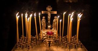 Панихидный столик со свечами